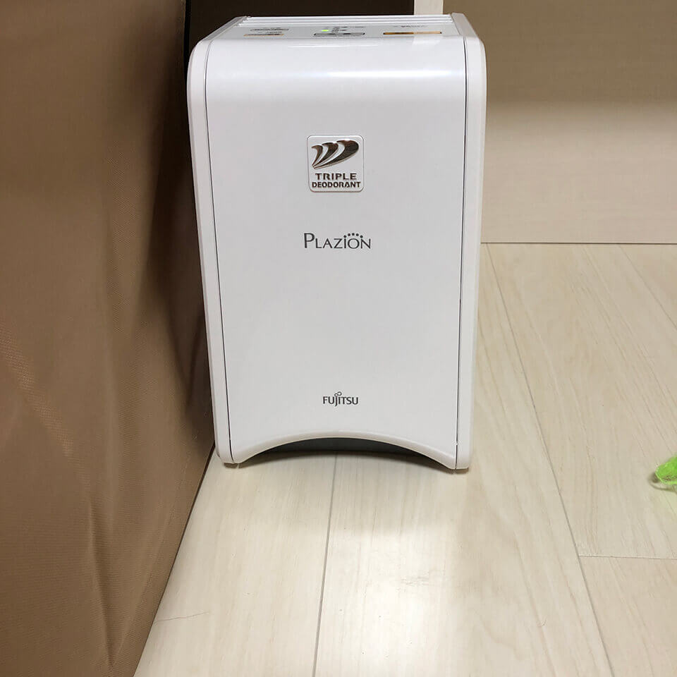 脱臭機『プラズィオンDAS-15K』をペットケージの横に置いています。消臭効果は高いです。